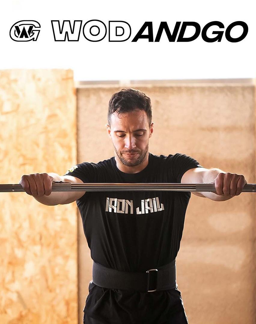 Athlète se tenant à une barre de squat équipé d'une ceinture d'haltérophilie